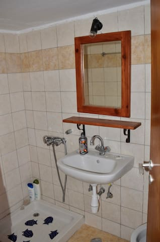 The private bathroom in Giannis-bedroom.