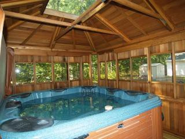 Hot Tub!..wifi, canoeing, fishing, swim, Wellston