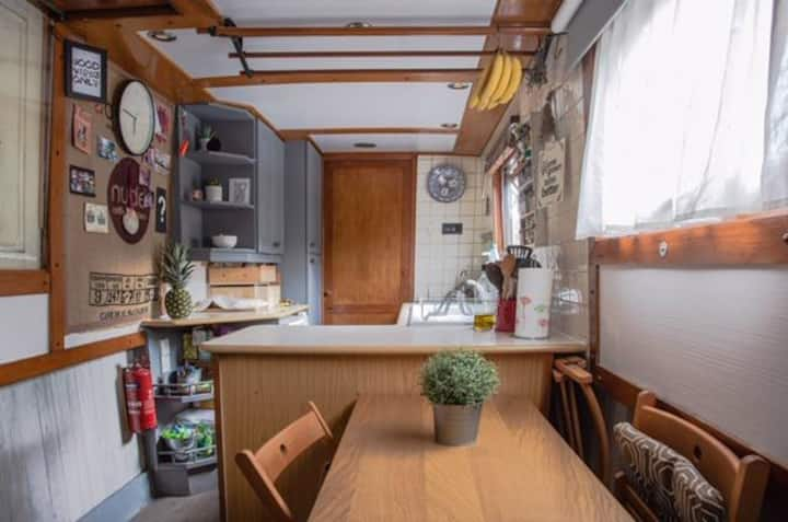 Cosy canalboat with relaxing rooftop area