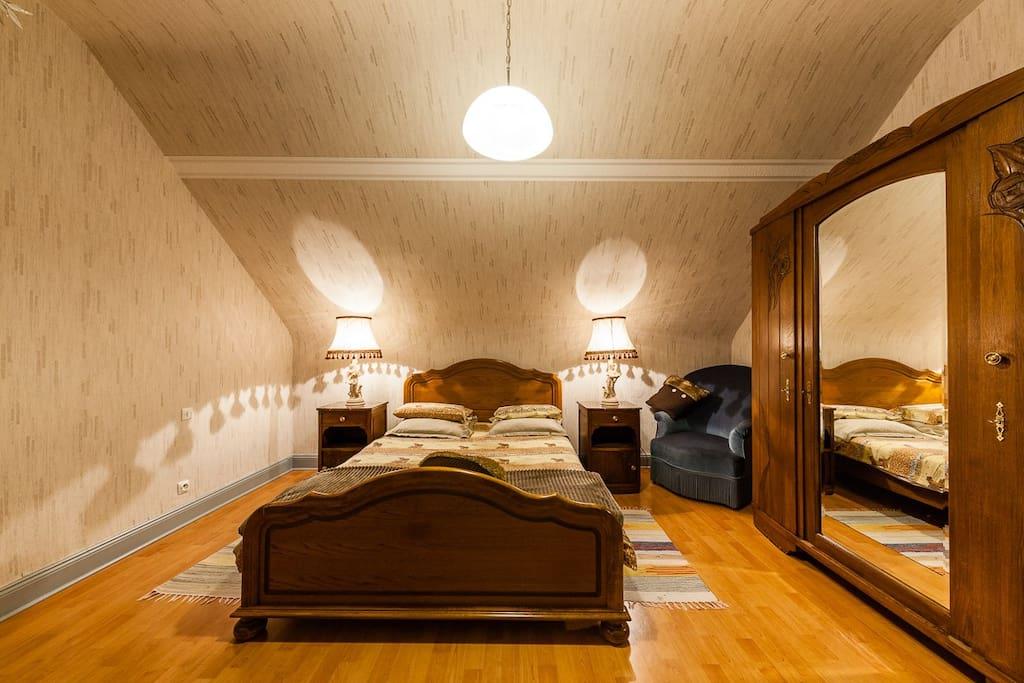 Chambre a coucher avec 1 lit 140x190 et un grand armoire