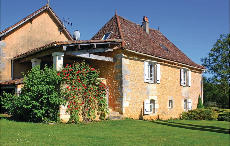 Former farm house with 4 bedrooms on 160m² in Villamblard