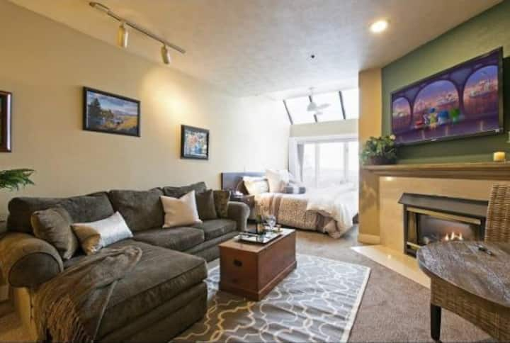 5 Star Cozy Ski In/Out Condo at Park City Resort.l