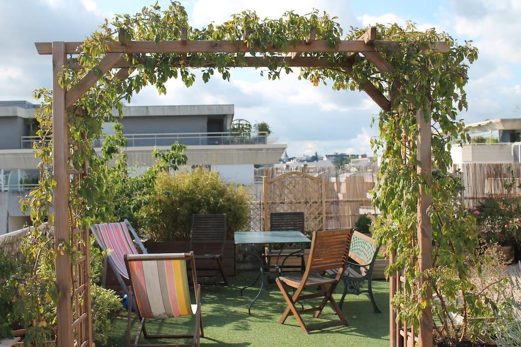 salon de jardin dans  écrin de verdure