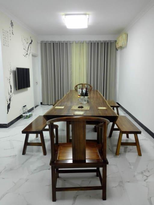 多功能一体厅配智能网络电视、wifi、多功能一体桌。多多功能一体桌采用4米的非洲奥坎原木大板,木纹天然大气,轻怡神悦。