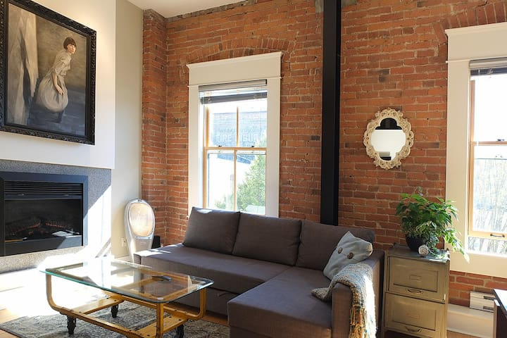 Queen sofa bed, electric fireplace, streetlamp and paintings!