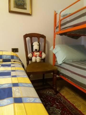 Camera. Il letto arancione può essere disposto in tre modi diversi a seconda delle esigenze: A castello, due letti singoli oppure un letto matrimoniale. ********************* Bedroom. Orange bed can be arranged in three different ways: bunk bed, two singular beds, one queen-size bed.