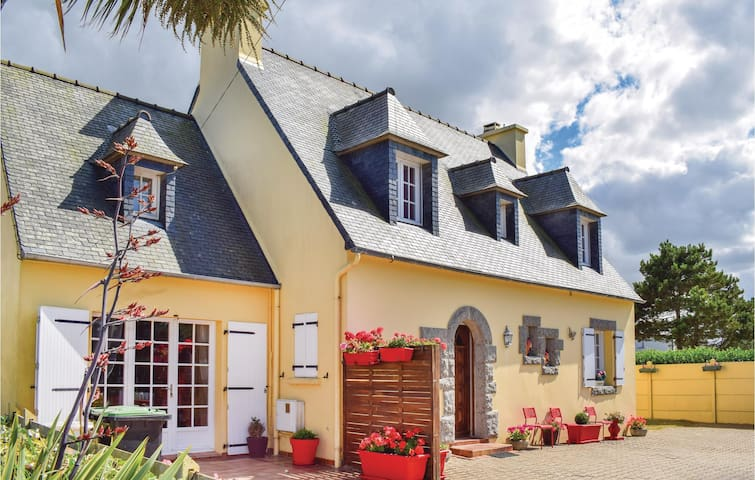 Holiday cottage with 5 bedrooms on 160m² in Cleder