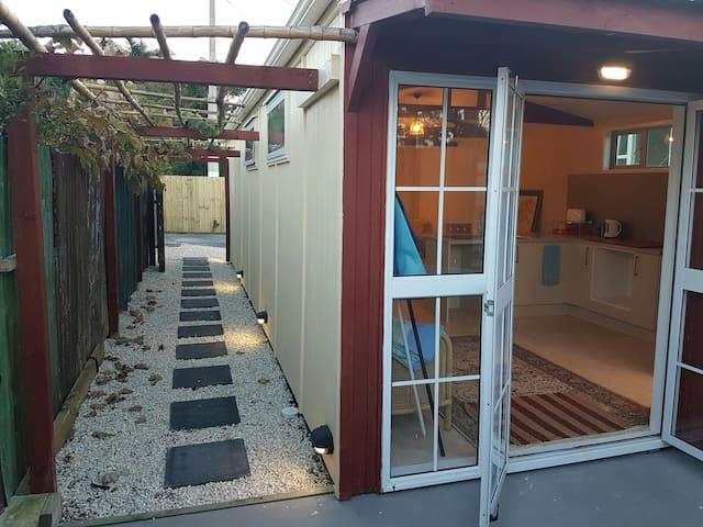 Mangawhai Village Cabin. Funky private space - Mangawhai - Stuga