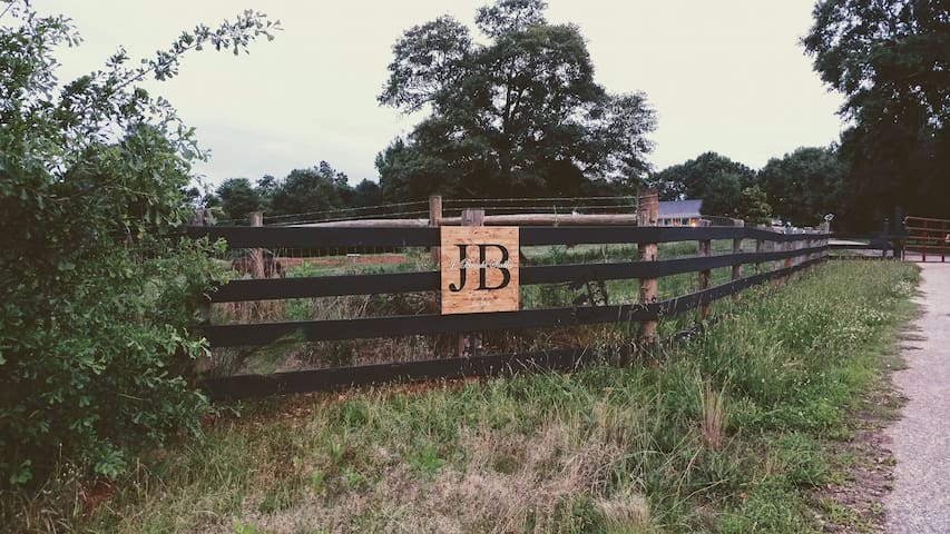 J Brooks Stables Guest House -  haul-ins welcome