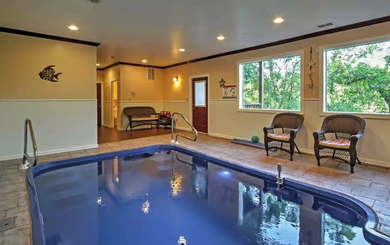 2BR Luxury Cabin in Pigeon Forge Area with Pool! - Sevierville - Blockhütte