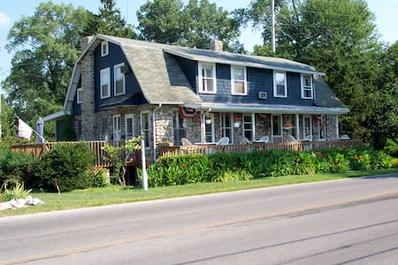 Spacious private suite with Lake view (Room #1) - Port Clinton - Szoba reggelivel