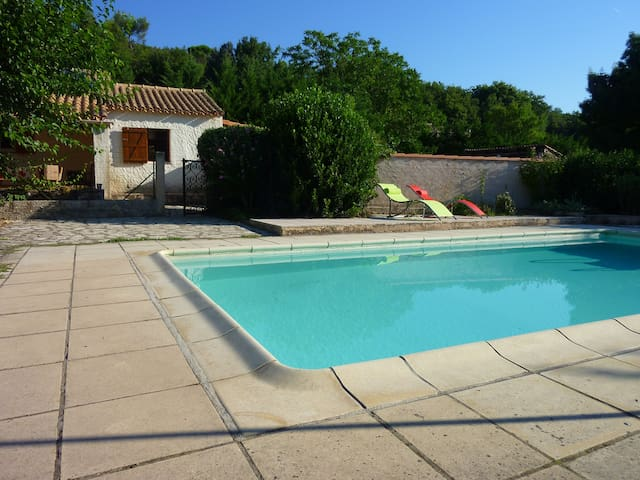 Studio mitoyen à la campagne avec accès piscine - Tourves - Apartemen