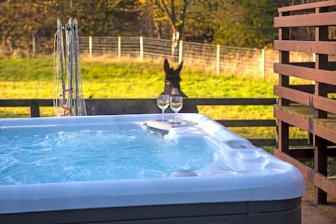 2 Bed Chalet, private Hot Tub on Animal Haven Farm
