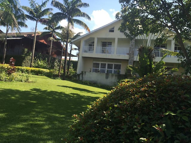 Maison avec une vue du lac et calme