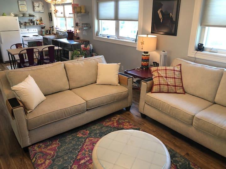 Bright, cozy Portsmouth studio, 2.5 miles to town.