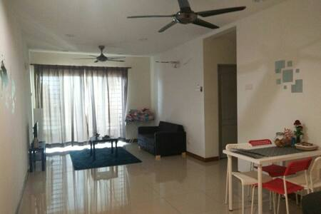 Huge Bedroom w/ WIFI, Next to Train - Kuala Lumpur - Apartment