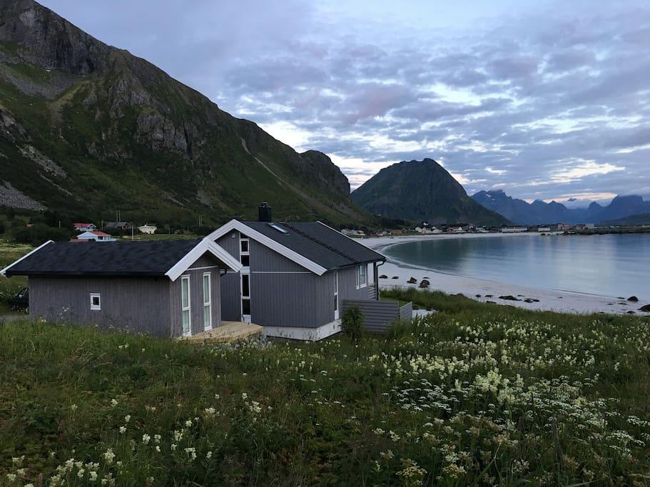 Annekset ligger flott til, rett ved Rambergstranden - utsikten er fantastisk. The gueshouse is close to Ramberg beach - the view is just breath taking.