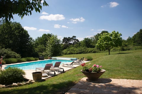 Refurbished farmhouse & large pool set in 7 acres