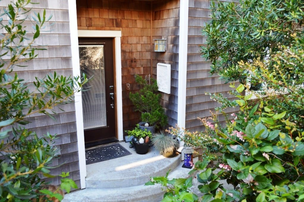 Beautifully landscaped entrance into Spindrift Hideaway