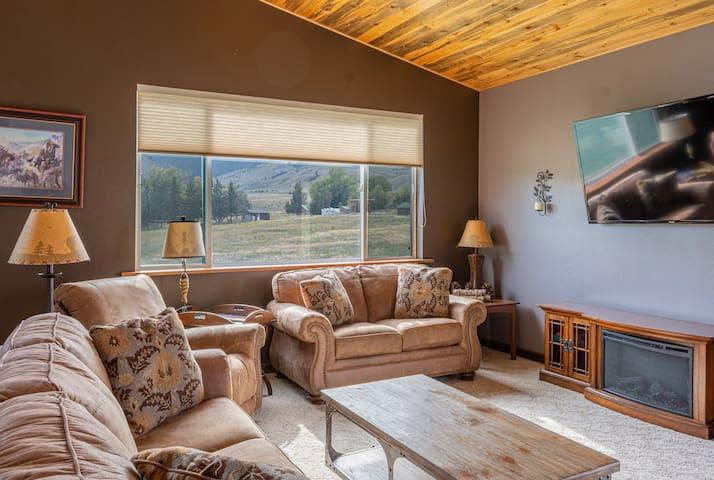 Bison Lodge Sleeps 8 ~ North Entrance Yellowstone