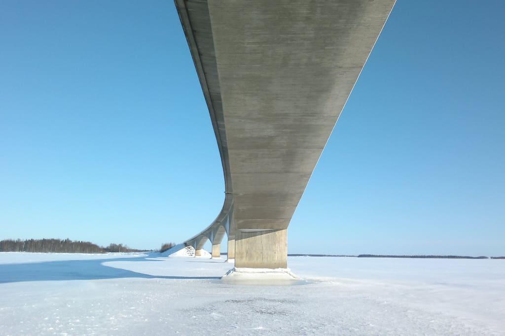 Vinter Bro över havs is 365 dagar