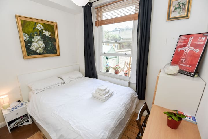 Cosy central flat, large double bed & friendly cat