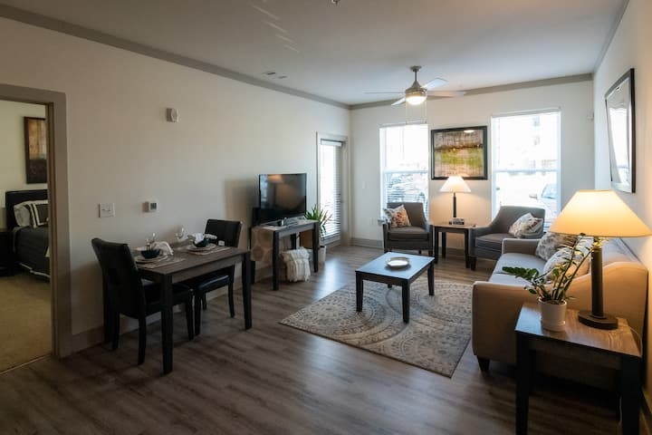 W. Knox Luxury Apt. - approx. 15 miles to Downtown