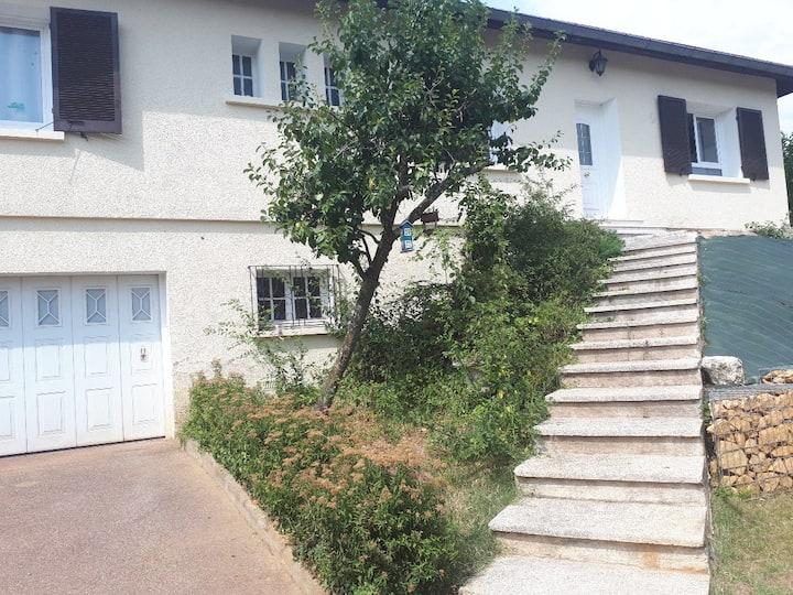 Maison familiale au calme avec piscine-proche Lyon