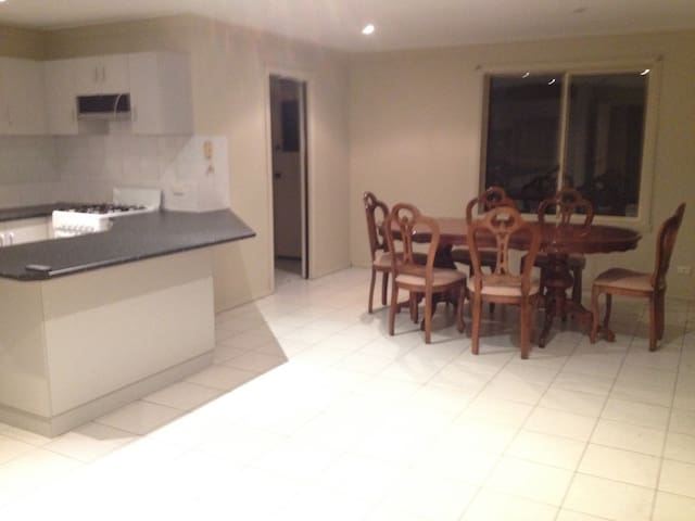 Quite room with a Queen mattress - Homebush - House