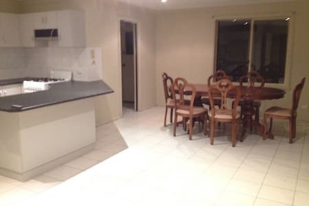 Quite room with a Queen mattress - Homebush - Huis
