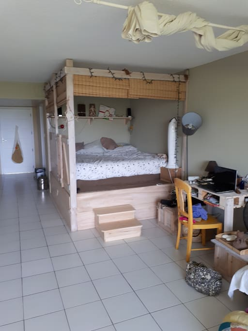 le lit king size est dans un coin chambre que l'on peut isoler en tirant les stores