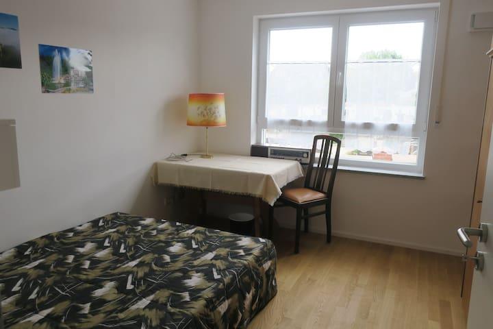 Zimmer mit eigenem Bad in Holzkirchen nahe Bahnhof