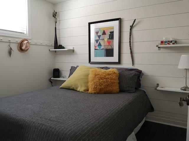 Super comfy Queen Bed near College & RVH