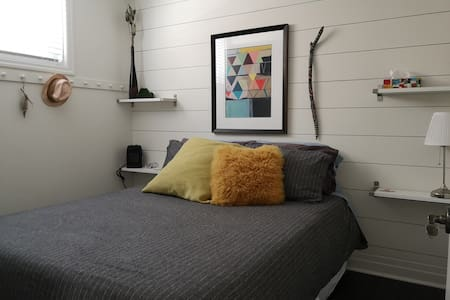 Super comfy Queen Bed near College & RVH