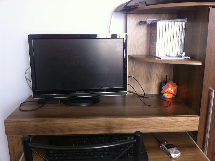 Computador en la habitación, con acceso a internet, incluye netflix.