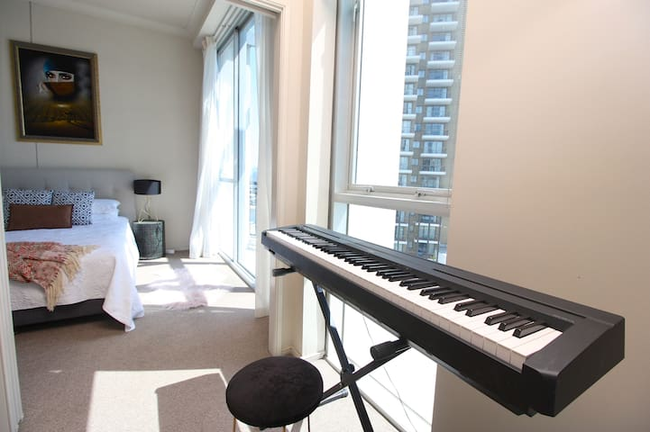 Luxe 2Bdrm Apartment  With Piano & Free Wifi ❤️
