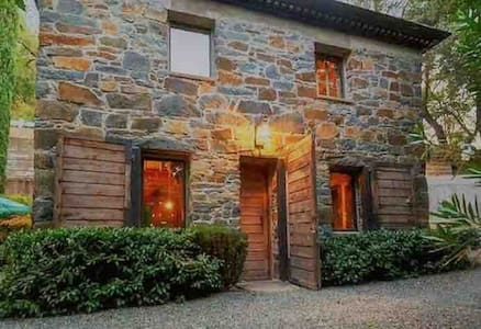 Historic Stone Home and Charming Retreat Getaway!
