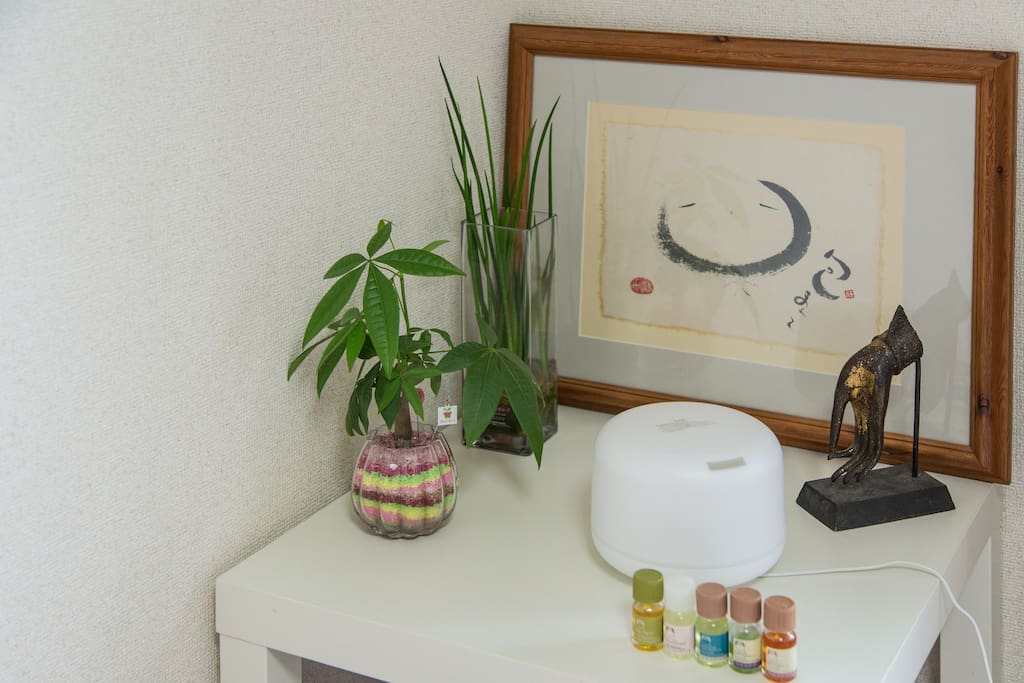 There is an aroma diffuser to help you relax.  アロマディフューザーもご用意しております。