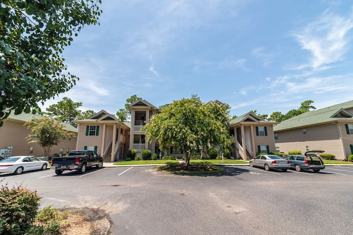 True Blue Condo close to Pawleys Island Beach Access to Pools and Tennis 18B