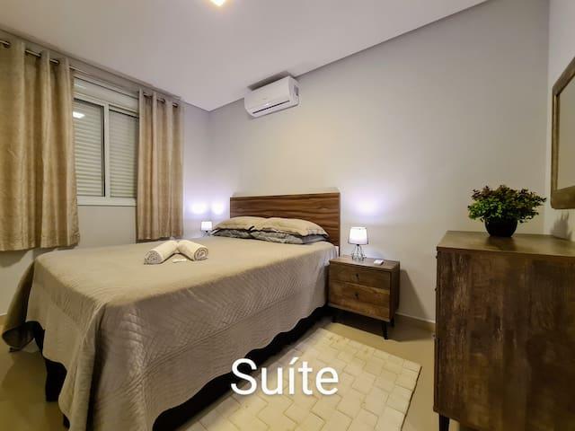 Conforto na suíte, cama queen, ar condicionado, persianas elétrica e roupas de cama super confortáveis.