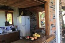 Cozinha com janelões que atende toda a varanda