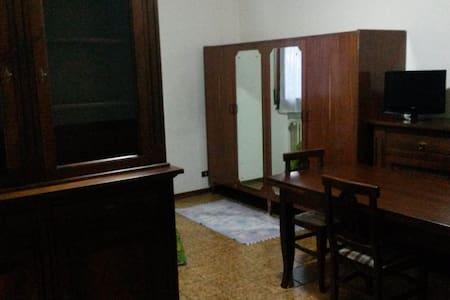 ampia camera matrimoniale - Formigine - Lejlighed