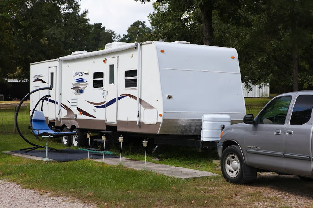 Glamping near Texas Renaissance Festival with flair! 2007 Keystone Sprinter with two pop outs to give ample space for up to four people