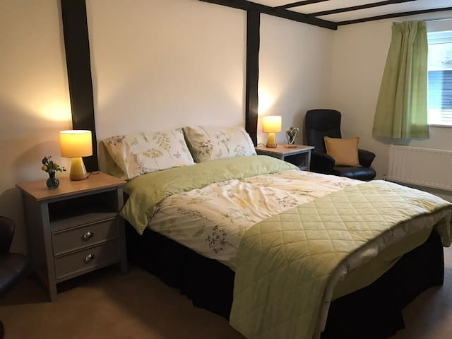 Private room and ensuite - 10mins from Gatwick