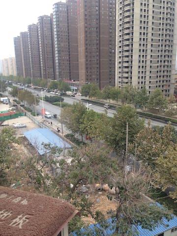 安静的小区环境 门口就是公交站 离地铁口紧500米 大房间小区提供车位 - 郑州市 - Casa