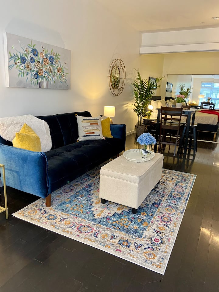 Chic Courtyard Condo- Steps from downtown