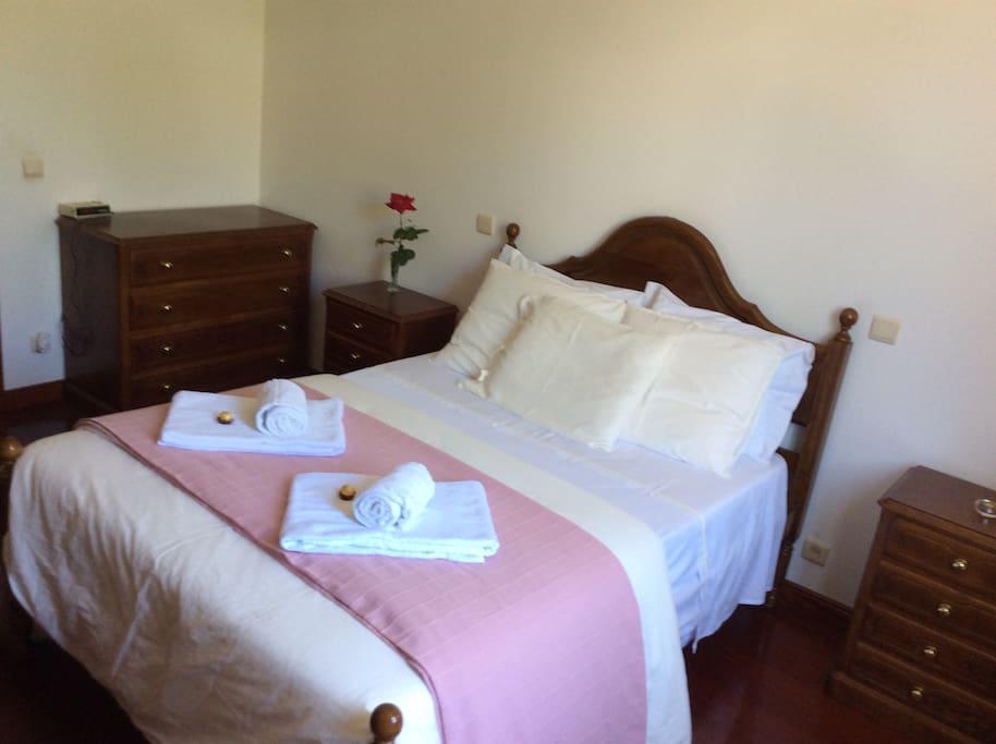 Quarto  vista campo  Quinta da Ribeirinha Arouca Watssap  + 351919275730  Neste quarto pode ser colocado cama extra ( divã)e terá um custo extra pago no local 20€ noite