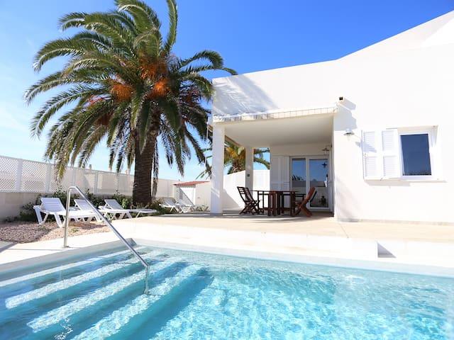 Villa a estrenar con piscina particular