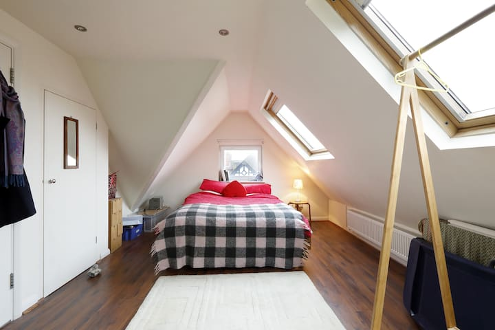 Spacious double loft room, ensuite. Near station.