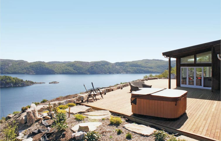 Holiday cottage with 4 bedrooms on 145m² in Lyngdal